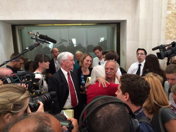 La familia Corrie espera el comienzo de la audiencia en la Corte Suprema de Israel. Foto publicada por @rcfoundation
