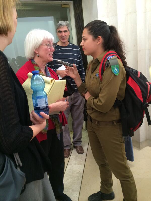 Cindy Corrie (madre de Rachel Corrie) responde a unas preguntas de IDF Radio. Foto publicada por @rcfoundation.