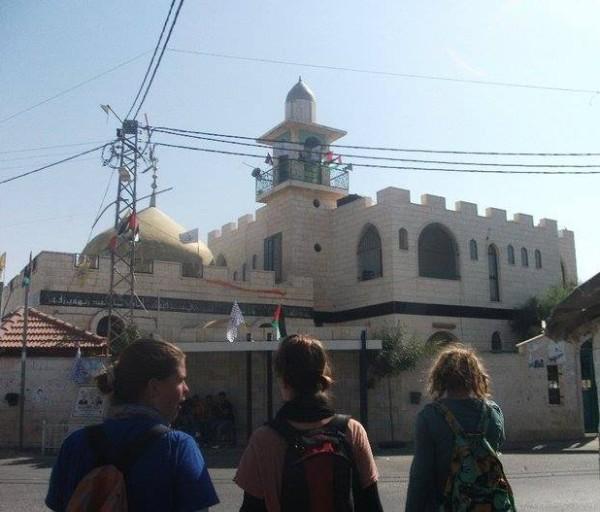 Kayla junto a otras dos activistas de ISM en Bil'in