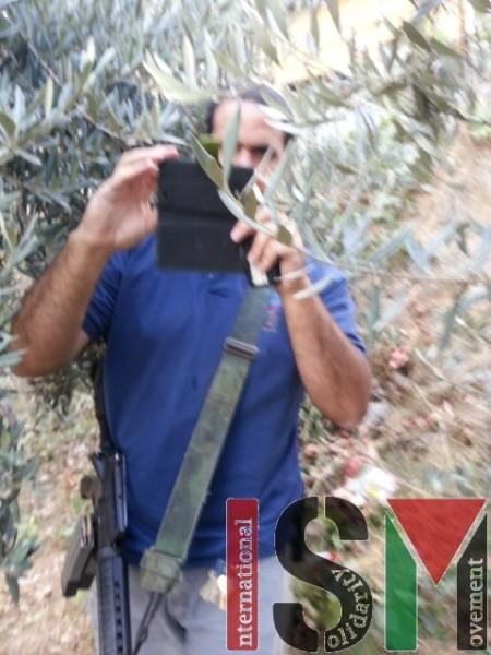 El colono que tomó las fotos de activistas internacionales, armado con rifle M16